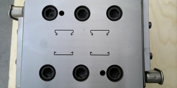 Filiera per profilo di canalina doppia uscita